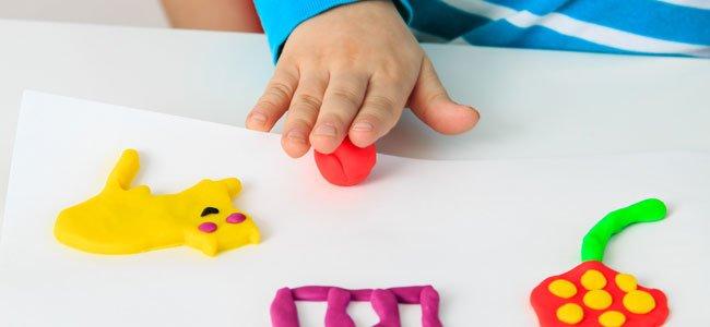 Disfrutando con su juguete en la biblioteca - 3 part 1