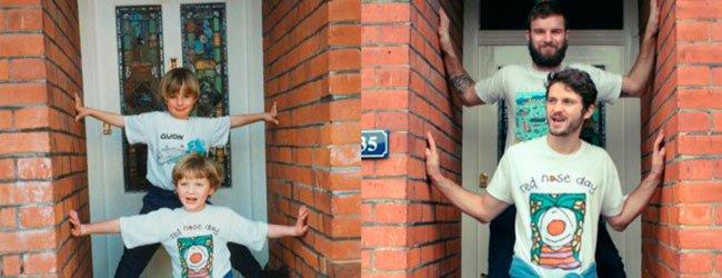 Hermanos recrean foto en la puerta de su casa
