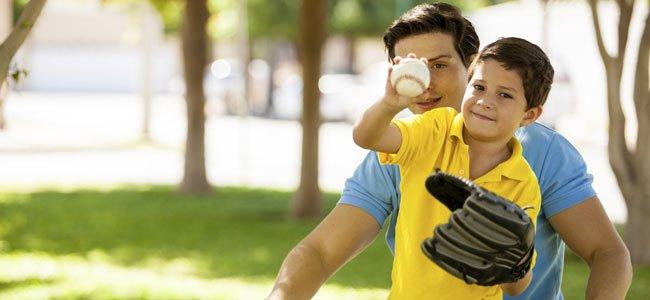 Niño juega al beisbol