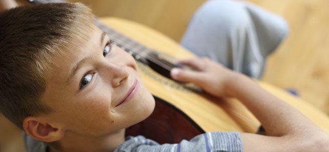 Niño toca la guitarra musica cristiana para niños