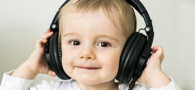 Niño escucha música con cascos