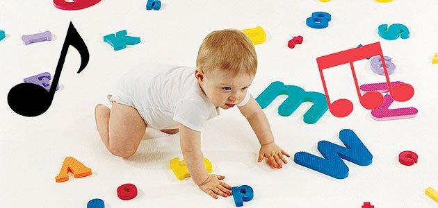 Bebé con letras