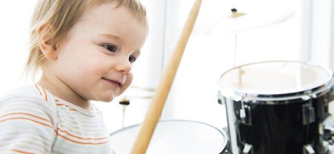 Bebé toca batería