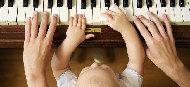 Bebé toca piano