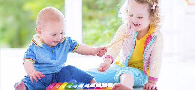 Niños hacen música