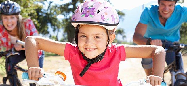 Niño montado en bicicleta