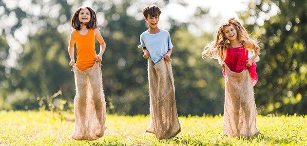 Niños juegan a los sacos