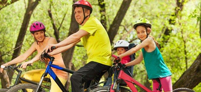 Poner los cascos a los niños con bicicleta