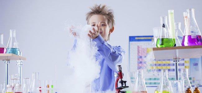 Niño juega con ciencia