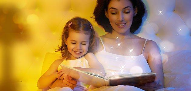 Madre contando un cuento a su hija