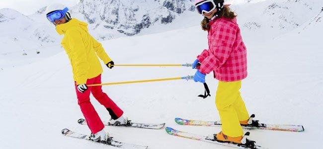 Niño aprendiendo a esquiar