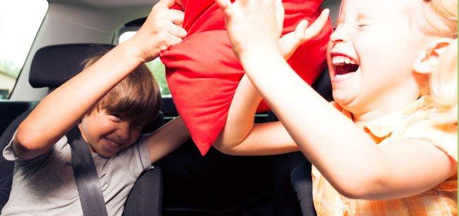Evitar las peleas de los niños en el coche