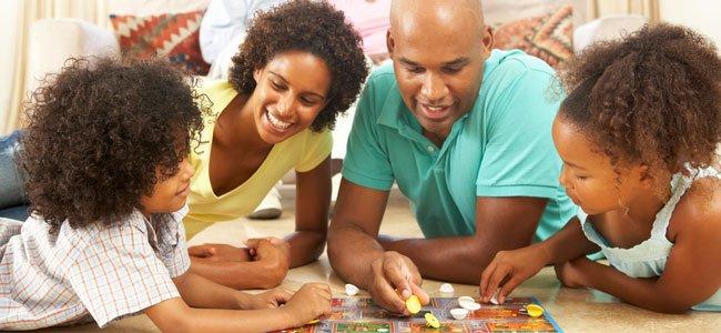 Familia con juego de mesa
