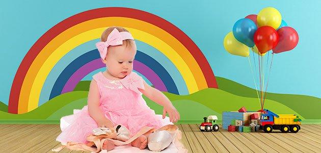 Bebé en habitación con arcoíris