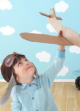 Niño con avión en habitación