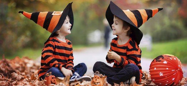 Niños juegan vestidos de Halloween