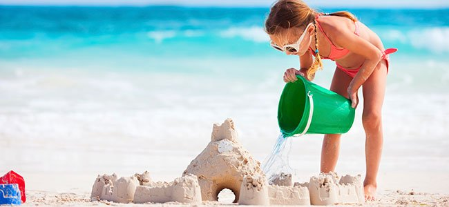 Jugar Con Agua Y Arena. Juegos Infantiles En La Playa