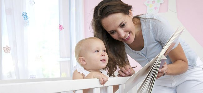 Madre con bebé lee cuento