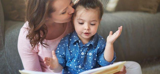 Madre con niña lee
