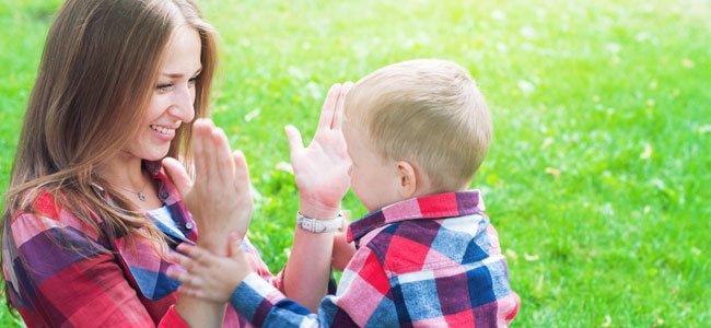 Madre y bebé juegan