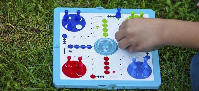 Niño juega al parchís