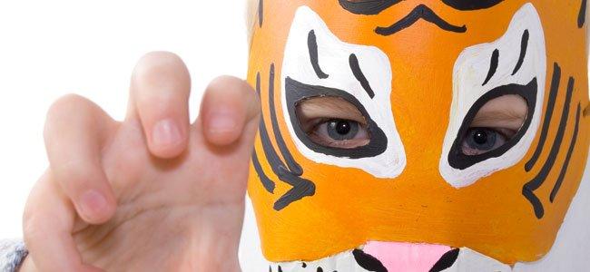 Niño con máscara de tigre
