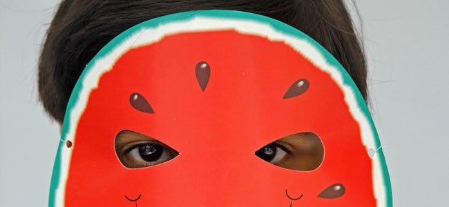 Niña con plato de máscara