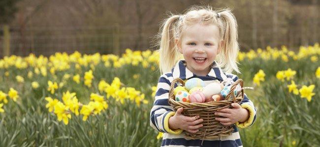 Niña con cesta con huevos