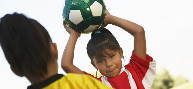 Niña con pelota de fútbol
