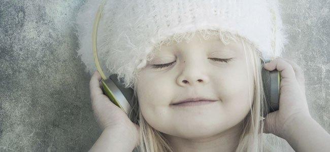 Niña escucha música
