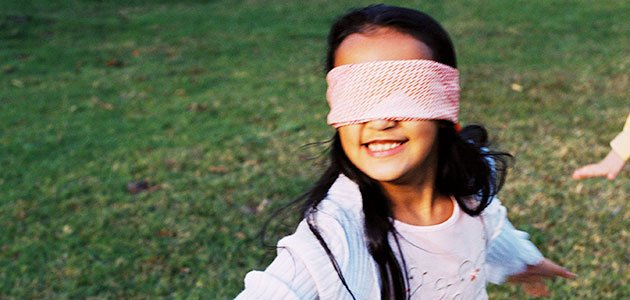 Niña con ojos tapados