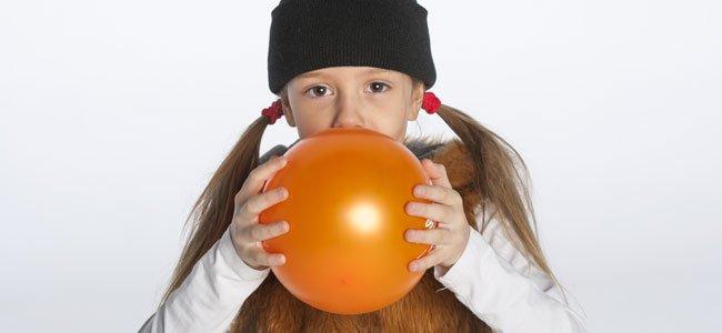Niña infla globo