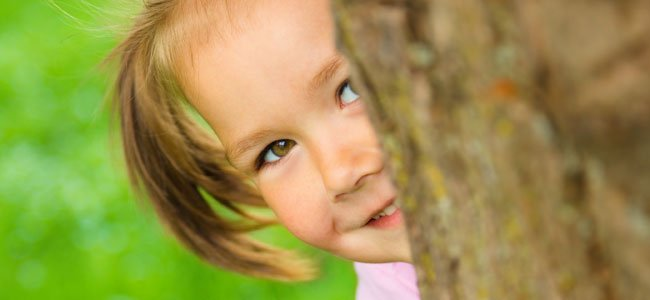 niña juega al escondite
