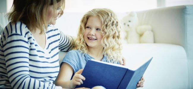 Madre lee con su hija
