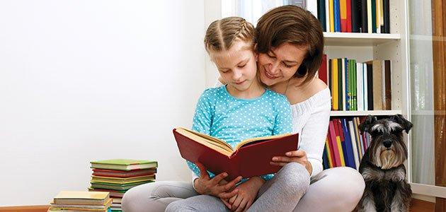Niña lee con madre