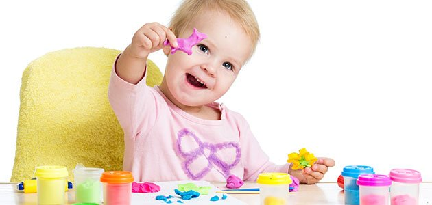 niña juega con platilina