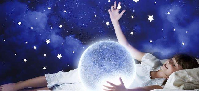 Niña sueña con estrellas y luna