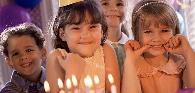 Niña con tarta de cumpleaños
