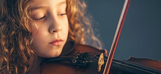 NIña toca el violín