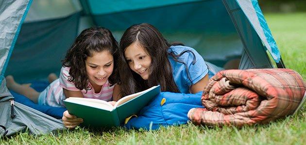 niñas leen juntas