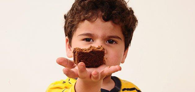 Niño con brownie
