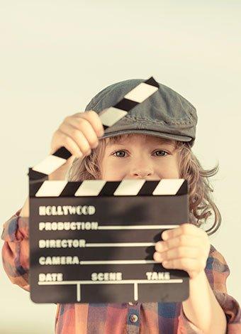 Niño con claqueta de cine