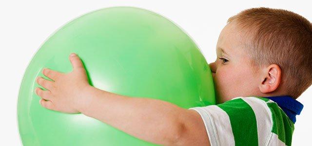 Niño con pelota grande