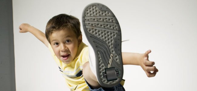 Niño con zapatillas con rueda