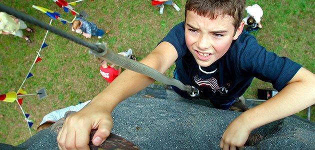 Niño escala rocas