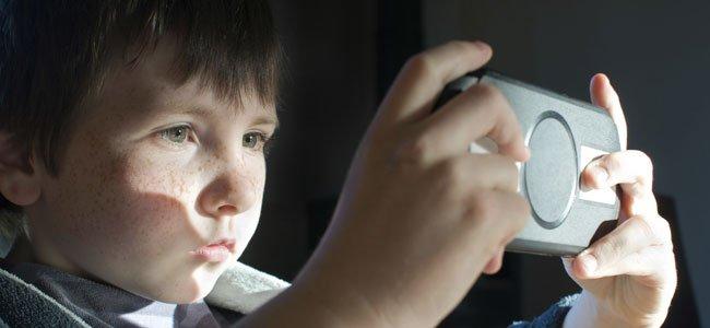 Niño juega a los videojuegos