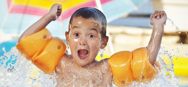 Niño juega en el agua