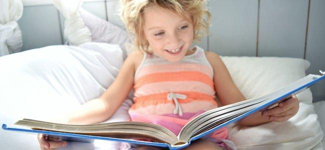 Niño lee cuento