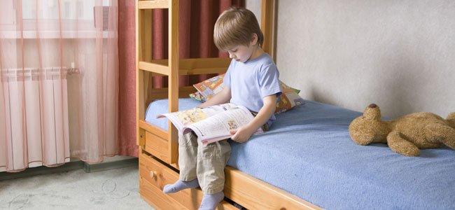 Niño lee en cama