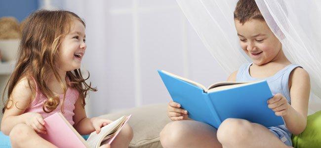 Niña y niño leen